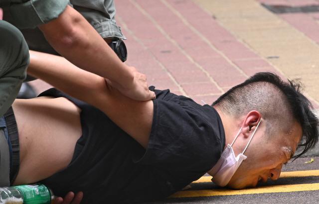시위대 참가자가 홍콩 경찰이 과격하게 진압하자 괴로워 하고 있다. /EPA연합뉴스