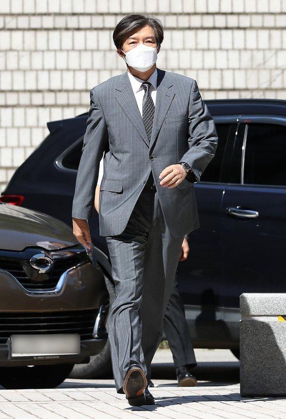 '유재수 감찰무마 혐의'를 받고 있는 조국 전 법무부 장관이 3일 서울중앙지방법원에서 열린 뇌물수수 등 혐의에 관한 4회 공판에 출석하고 있다. [뉴스1]