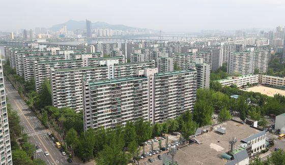 서울 강남구 대치동 은마와 함께 대표적인 재건축 대장주로 꼽히는 송파구 잠실동 주공5단지. 조합 설립 단계다. 재건축 단지는 조합 설립 이후 거래 제한을 받는다. 주공5단지는 사업 진척이 더뎌 그나마 거래 규제가 덜하다.