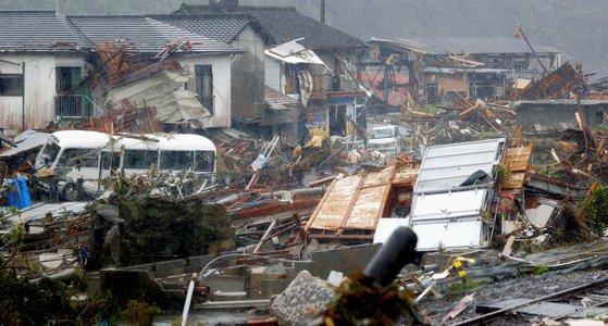 일본 구마모토 현 구마무라 주거지역에 7일(현지시간) 이번 폭우로 인해 떠내려온 잔해들이 쌓여 있다. AP=연합뉴스