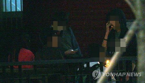 담배 피우는 청소년들 [연합뉴스 자료사진]