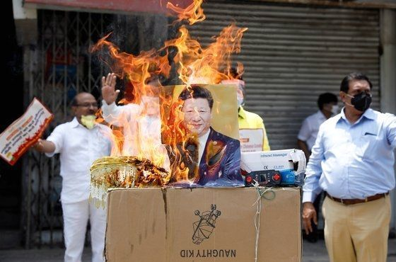 Protesters are burning photos of Xi Jinping's national comment near New Delhi, India on the 22nd of last month. [Reuters = Yonhap News]