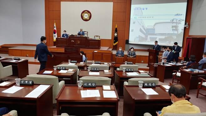 8일 오전 강릉시의회 본회의장에서 통합당계 시의원들이 산업위원장 선출 투표를 진행하고 있다. [촬영 이해용]