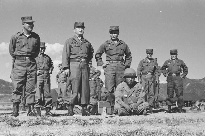 ⓒ연합뉴스1955년 9월27일 제1군사령부 주최 전군사격대회에 참석한 정일권 육군참모총장(앞줄 가운데)과 각 군단장. 앞줄 맨 오른쪽이 당시 1군사령관이었던 백선엽 대장.