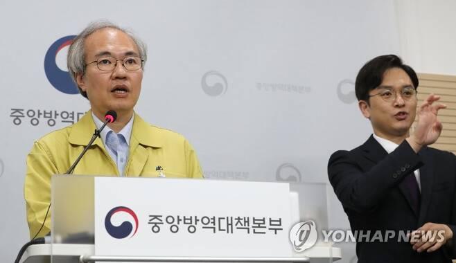 코로나19 국내 발생 현황 브리핑하는 권준욱 부본부장 [연합뉴스 자료 사진]