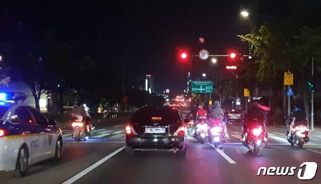 저속운행하는 오토바이와 차량©News1 DB