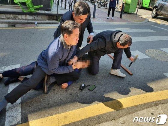 지난달 4월 9일 오전 서울 광진구 자양동 인근에서 유세중이던 오세훈 미래통합당 광진을 후보에게 흉기를 가지고 접근한 남성이 경찰에 체포되고 있다. 서울 광진경찰서와 오 후보 캠프 측 등에 따르면 이날 오전 11시10분께 신원 미상의 한 남성이 광진구 자양2동 인근에서 유세 중이던 오 후보 차량에 소리를 지르며 식칼을 들고 접근했다. 이 남성은 현장에 있던 광진서 소속 경찰관들에게 붙잡혀 현장에서 체포됐으며 오 후보나 선거 운동원들은 다치지 않았다. 경찰은 해당 남성을 체포해 범행 동기와 경위 등을 조사 중이라고 밝혔다. (오세훈캠프 제공)/사진= 뉴스1