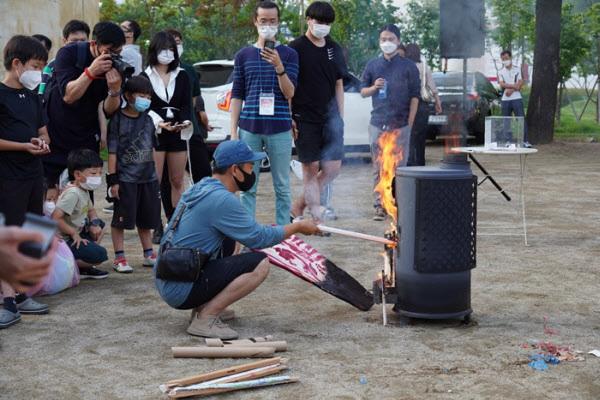 팔리지 않은 작품을 불태우는 모습. /수창청춘맨숀