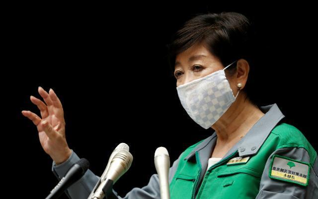 고이케 유리코 일본 도쿄도지사가 10일 코로나19 관련 기자회견에 참석해 발언하고 있다. 도쿄=로이터 연합뉴스