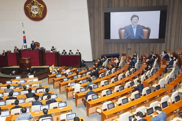 지난 6월 5일 국회 본회의장에서 열린 임시회에서 제21대 국회 전반기 국회의장으로 선출 된 더불어민주당의 박병석 의원이 의장석에서 당선 인사말을 하고 있다. 의장선출 투표를 거부하고 퇴장한 미래통합당 의원들의 비어있는 의석이 보이고 있다. 오대근 기자