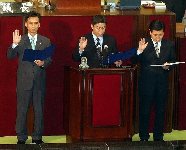 다음날인 2003년 4월 30일 정장으로 고쳐 입은 유(왼쪽부터) 의원이 오경훈, 홍문종 의원이 의원선서를 하고 있다. 한국일보 자료사진