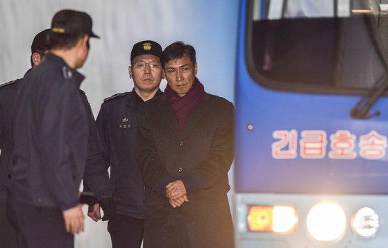 지난해 2월 1일 안희정 전 충남지사가 서울 서초구 서울고등법원에서 열린 항소심 선고공판에서 법정 구속이 된 뒤 호송차로 이동하고 있다. 뉴스1