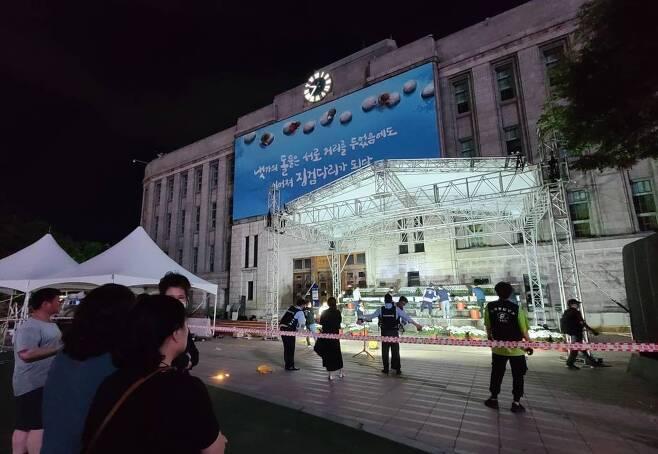 10일 저녁 서울광장에 고 박원순 서울시장의 시민분향소가 차려지고 있다. 시민분향소 조문은 11일 오전 11시부터 가능하다. / 사진제공=뉴시스