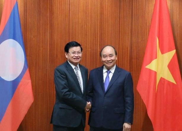푹 베트남 총리(오른쪽)와 시술릿 라오스 총리 [VGP뉴스 웹사이트 캡처. 재판매 및 DB 금지]