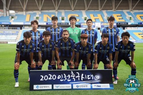 킥오프 전 기념 촬영 중인 인천 선수들. 제공 | 프로축구연맹