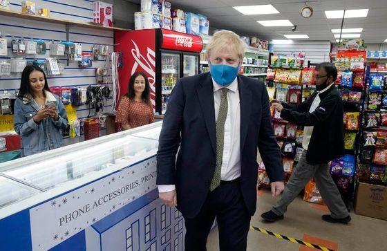 보리슨 존슨 영국 총리가 10일 마스크를 쓰고 잉글랜드 옥스브리지의 한 상점을 방문했다. 존슨 총리가 코로나19 사태 이후 공식 석상에서 마스크를 쓴 건 처음이다. [존슨 총리 트위터 캡처]