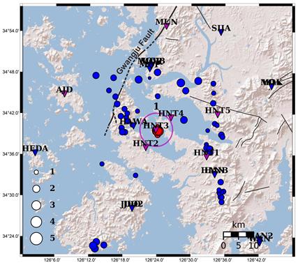 남지역 지진발생 분포도과거지진(청색), 최근지진(적색), 지진관측소(삼각형). 이 지역에는 11개소의 상시 지진 관측소가 운영 중이다(기상청 9개소, 지질연 2개소), 지질연은 5월 7일에 진앙 및 인근지역에 5개의 임시 관측소를 추가 설치했다/사진=지질연