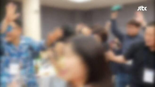 소상공인연합회 '춤판 워크숍' 논란. JTBC 뉴스룸 캡처(NSP통신 제공)