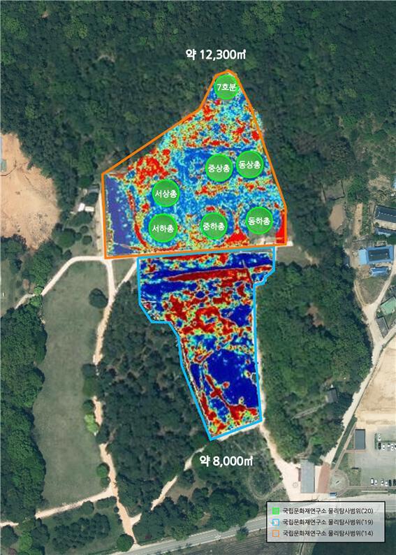 부여 능산리 중앙고분군과 남쪽의 평탄대지에 대한 2014~2019년 지하 물리탐사 작업의 범위를 전체 사진에 합성한 도해도. 지하에 있는 이상체 반응을 탐색한 물리탐사 작업은 국립문화재연구소 고고연구실과 국립부여문화재연구소가 공동 진행했다.