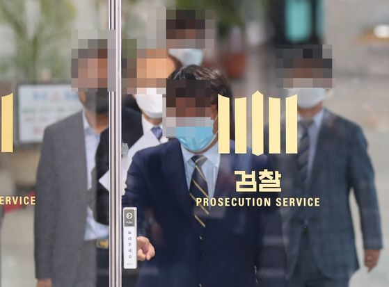 6월26일 수사심의위원회를 마친 위원들이 서울 서초구 대검찰청 건물을 나서고 있다.  [연합뉴스]