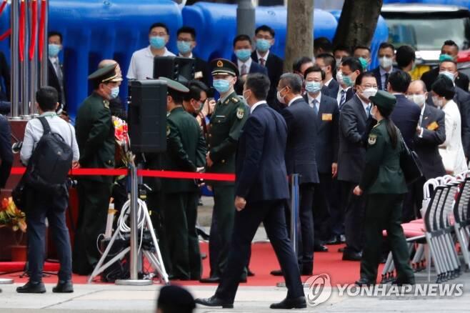 홍콩보안법 전담부서 현판식의 인민해방군 장교들 (홍콩 로이터=연합뉴스) 8일 홍콩에서 열린 '홍콩 국가보안법'(홍콩보안법) 전담부서 국가안보공서 현판식에 중국에서 파견된 인민해방군 장교들이 참석해 있다. sungok@yna.co.kr