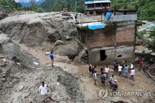 네팔 카트만드 인근 신두팔초크 지구에서 발생한 산사태. [AFP=연합뉴스]