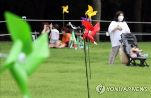 '잠시 멀어지세요…바람개비 거리만큼' [연합뉴스 자료사진]