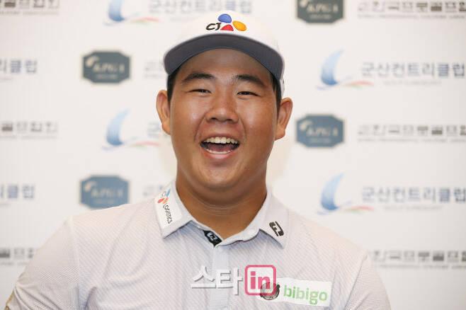 김주형이 12일 끝난 KPGA 군산CC오픈에서 우승 뒤 기자회견 중 환하게 웃으며 질문에 답하고 있다. (사진=KPGA)
