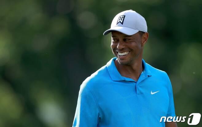 타이거 우즈가 17일(한국시간) PGA투어 메모리얼 토너먼트 1라운드 중 미소짓고 있다.  © AFP=뉴스1