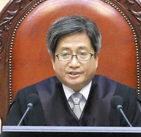 16일 오후 서울 서초구 대법원 대법정에서 김명수 대법원장이 이재명 경기지사에 대한 무죄 취지 판결을 선고하고 있다. /오종찬 기자