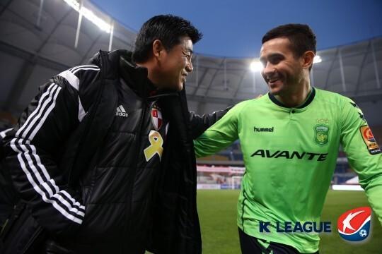 2015년 당시 부산 윤성효 감독과 전북 에닝요. 둘은 2003년에 수원삼성에서 코치와 선수로 만난 바 있다.