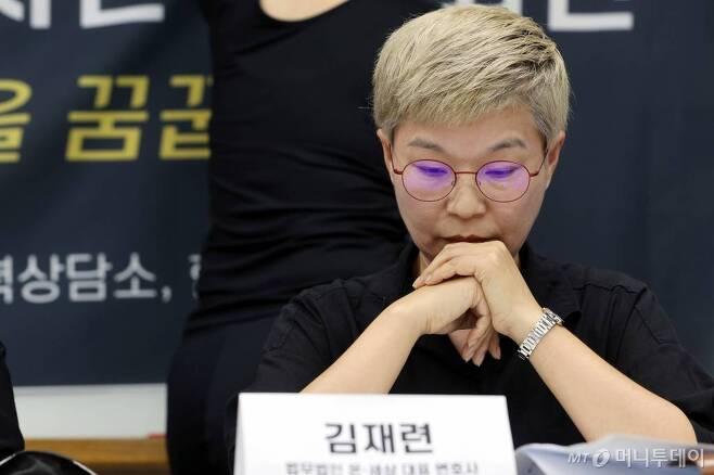 김재련 법무법인 온-세상 대표변호사가 13일 오후 서울 은평구 한국여성의전화에서 열린 '서울시장에 의한 위력 성추행 사건 기자회견'에서 생각에 잠겨 있다. / 사진=이기범 기자 leekb@