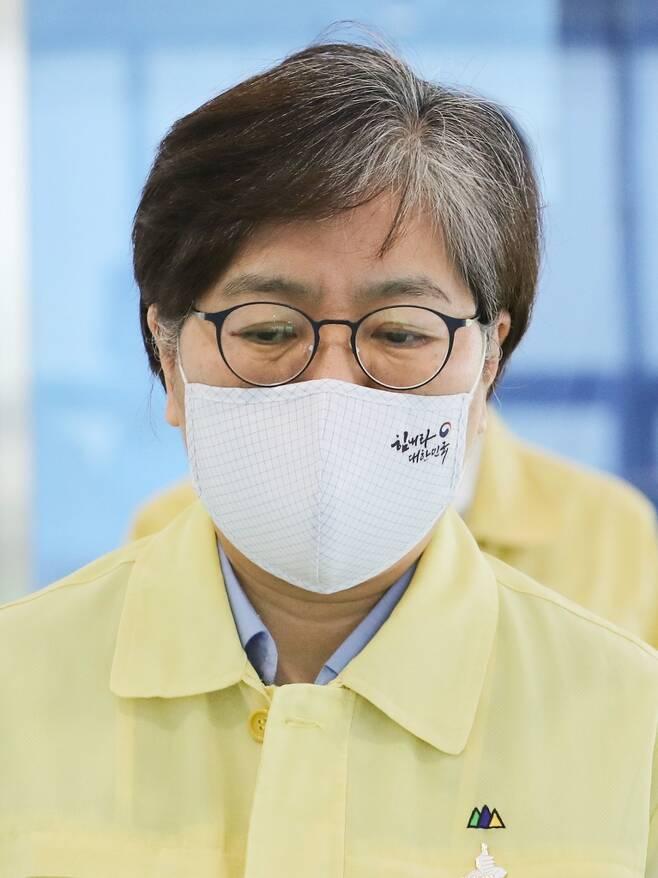 응원 문구 새긴 마스크 쓴 정은경 중앙방역대책본부장 김주형 기자