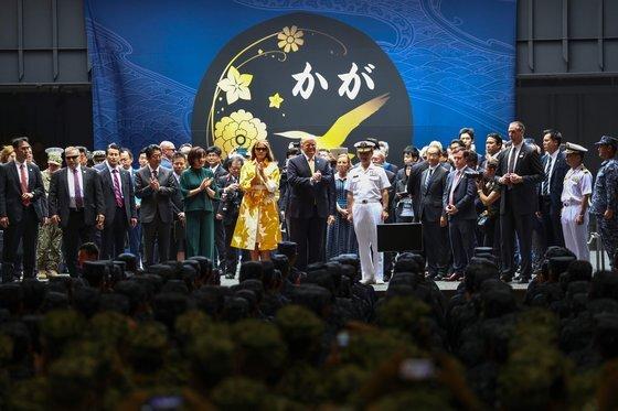 지난해 5월 28일 도널드 트럼프 미국 대통령과 아베 신조 일본 총리가 일본 해상자위대의 헬기 구축함인 가가함에 함께 올랐다. 가가함은 제2차 세계대전 당시 진주만 공습에 참가한 일본의 항공모함 이름을 이어벋았다. 일본 정부는 가가함을 경항공모함으로 개조할 계획이다. [AFP=연합뉴스]