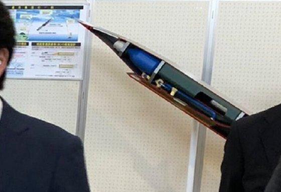 야마모토 도모히로(山本朋廣) 일본 방위성 차관 트위터에 올라온 신형 극초음속 미사일 모형. [트위터 캡처]