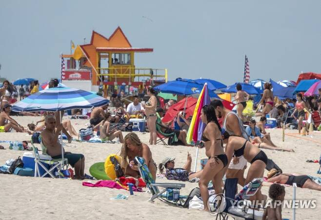 코로나19 확진자 폭증에도 붐비는 마이애미 해변, 지난 12일 [EPA=연합뉴스]