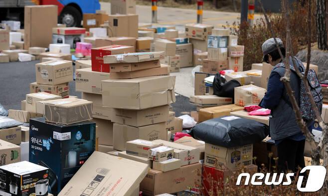 지난 2018년 4월 경기도 남양주 다산신도시의 한 아파트단지에서 입주민들이 바닥에 놓인 택배를 찾고 있다./뉴스1 © News1 이재명 기자