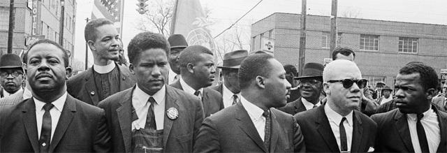 존 루이스 전 민주당 하원의원(오른쪽)이 1965년 3월 앨라배마주 몽고메리에서 마틴 루서 킹 목사(오른쪽에서 세번째)를 비롯한 인권운동가들과 함께 흑인 투표권 쟁취를 위한 행진을 하는 모습. 킹 목사 등과 함께 흑인 인권운 동을 이끈 루이스 전 의원은 17일(현지 시간) 췌장암으로 별세했다. 몽고메리=AP 뉴시스