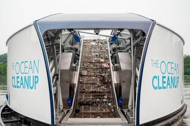 쓰레기 수거 바지선 '인터셉터'의 모습이다. 하루 최대 50t의 쓰레기를 수거할 수 있는 것으로 알려졌다. 오션클린업 제공