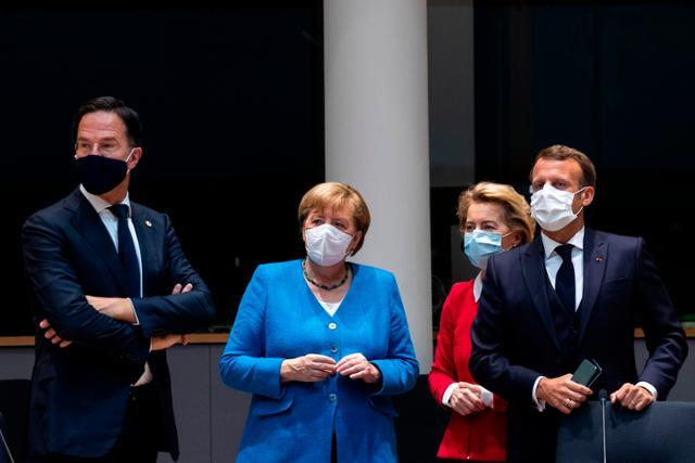 18일 벨기에 브뤼셀에서 앙겔라 메르켈(가운데) 독일 총리, 에마뉘엘 마크롱(오른쪽) 프랑스 대통령 등 유럽연합(EU) 정상들이 코로나19 경제회복기름 마련에 대해 모였다. 브뤼셀=AFP 연합뉴스