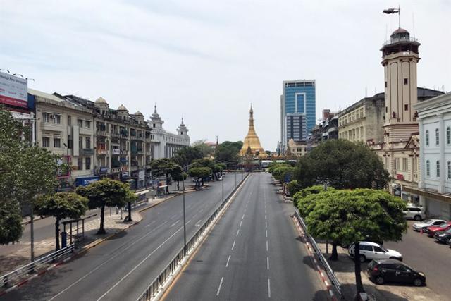 코로나19 확산 여파로 미얀마 수도 양곤시 도심 도로가 텅 비어 있다. 양곤=로이터 연합뉴스