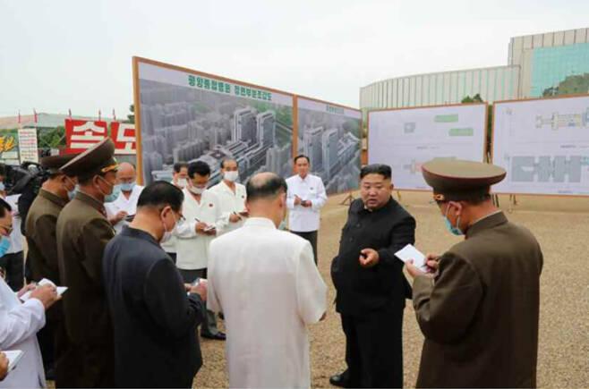 북한 조선중앙통신은 20일 김정은 북한 국무위원장이 평양종합병원 건설현장을 찾아 마구잡이식으로 공사가 진행되고 주민들의 부담을 늘렸다며 질타한 뒤 책임자 교체를 지시했다고 보도했다. [헤럴드DB]