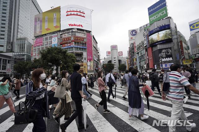 [도쿄=AP/뉴시스]지난 17일 일본 도쿄의 시부야 거리에서 사람들이 신종 코로나바이러스 감염증(코로나19) 예방을 위해 마스크를 착용하고 횡단보도를 건너고 있다. 2020.07.18.