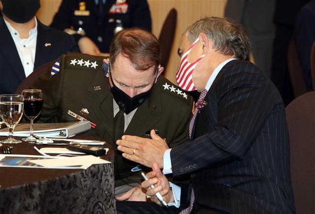 속삭이는 해리스  - 로버트 에이브럼스(왼쪽) 한미연합사령관 겸 주한미군사령관과 해리 해리스 주한미국대사가 1일 서울 용산구 국방컨벤션에서 열린 제6회 한미동맹포럼에서 귓속말로 대화하고 있다.뉴스1