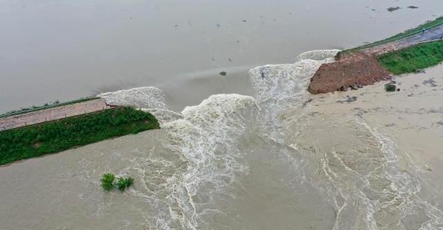중국 안후이성 당국이 19일 오전 폭파해 무너뜨린 창장강 지류 추허강의 제방 한가운데로 상당량의 물이 흐르고 있다. 중국 매체 펑파이 화면 캡처