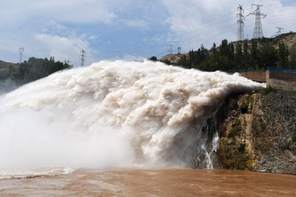20일부터 30일까지 중국 서북부 일부 지역에 강한 비가 계속 내릴 것으로 보여 황하 상류의 저수지들이 방류량을 높여 수해와 맞서고 있다./신화 연합뉴스