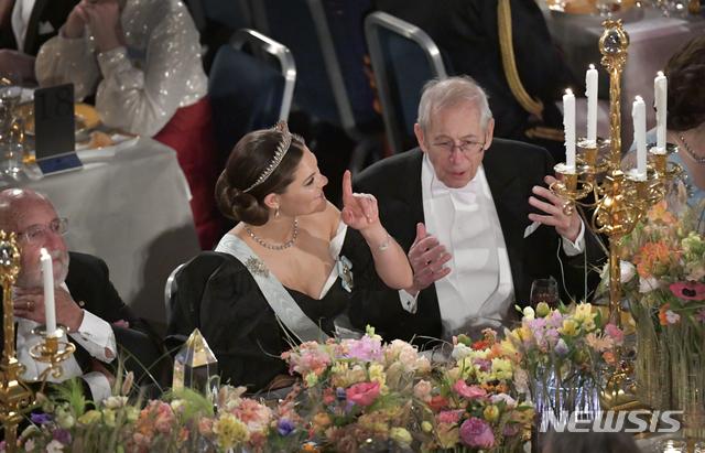 [스톡홀름=AP/뉴시스] 전통적으로 12월 열리던 노벨상 시상식 축하 연회가 신종 코로나바이러스 감염증(코로나19) 여파로 취소된다고 21일(현지시간) 노벨재단이 발표했다. 사진은 지난해 12월10일 스톡홀름 시청에서 열린 노벨상 시상식 연회에서 스웨덴 왕위 계승 서열 1위인 빅토리아(왼쪽) 왕세녀와 2019년 노벨 물리학상 수상자인 제임스 피블스(오른쪽)이 이야기를 나누는 모습. 2020.7.22.