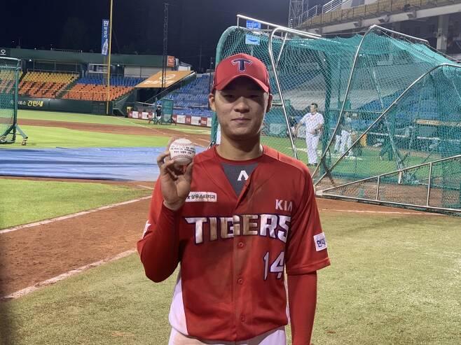 ▲ 21일 한화전 후 자신의 데뷔 첫 홈런공을 들고 있는 KIA 김규성. ⓒ고유라 기자