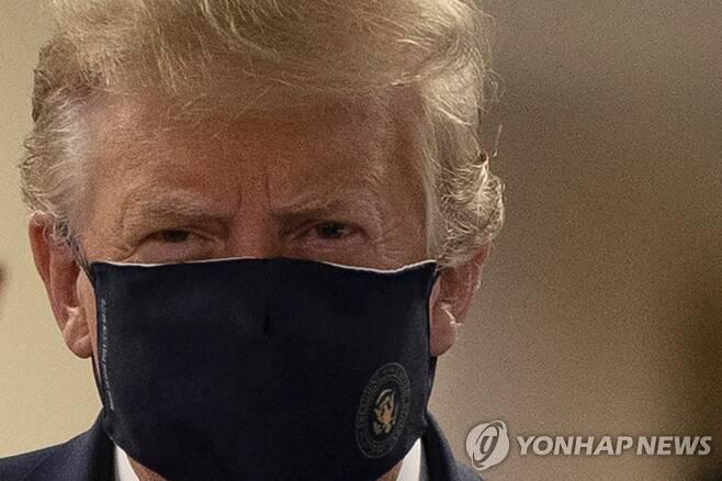 마스크 쓴 트럼프 [로이터=연합뉴스 자료사진]