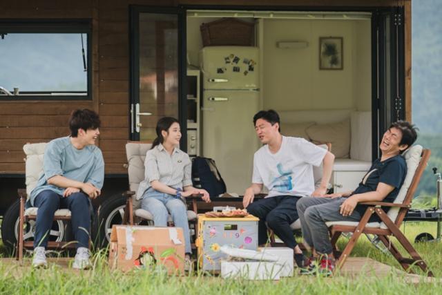 성동일 김희원 여진구 아이유가 '바퀴 달린 집'에서 힐링을 즐긴다. tvN 제공